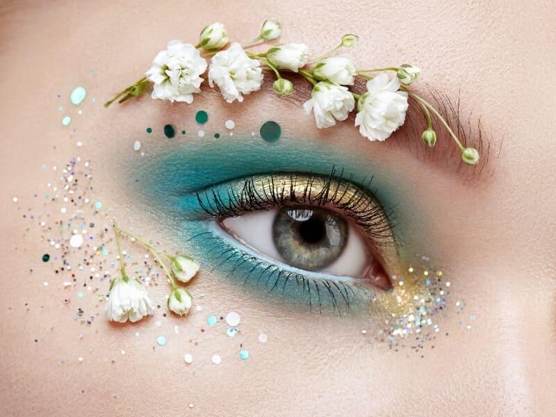 Oeil maquillé en bleu