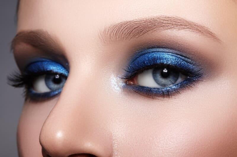 Yeux maquillés en bleu